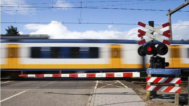 voz železnica pruga putovanje prelaz rampa