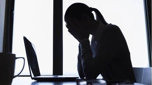 facebook online nasilje žena pretnje fejs računar