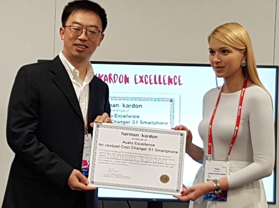 Marija Ranđelović, Integrated marketing communications menadžer za područje Evrope, uz Harman Kardon sertifikat o audio ekskluzivnosti.