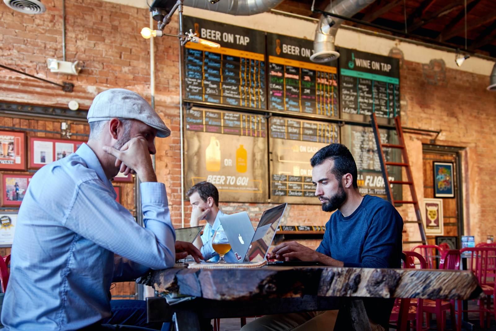Zaposleni rade iz kafića