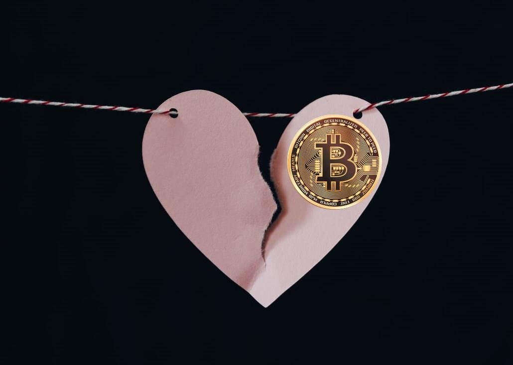 Slomljeno srce sa Bitcoin novčićem