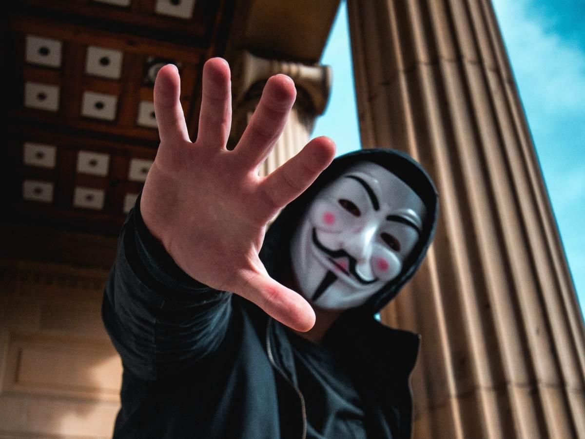Čovek sa maskom pruža ruku